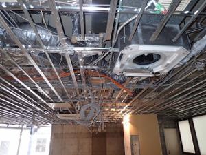 天井内は配線・配管でごちゃごちゃです。