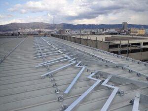 強風でも屋根が飛ばないように特注で制作した屋根補強材