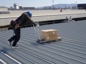 デコボコ屋根の上でもスムーズに資材を運べるカート