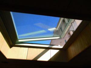 開閉はリモコン操作で行います。 吹き込んでくる雨をセンサーが感知すると自動で天窓が閉まります。