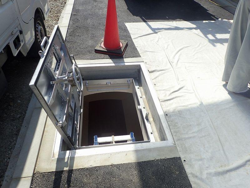 シェルター入口です。上は駐車場として使用します。