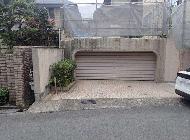 昭和40年代に作られたと思われる鉄筋コンクリート造の車庫