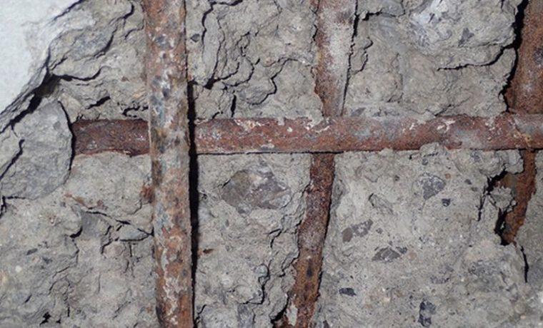 スラブ底の漏水箇所を斫ると、被りが少なく錆びた鉄筋(丸鋼)、現場練りしたと思われる骨材が分離したコンクリートが現れました。(現在の品質では考えられない状態です)