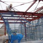 来週から屋根工事に入る為、落下防止用水平ネットを取り付けています。