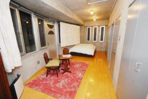201号室~コンクリート打放しのラフな仕上がりが心地よい。 二人での宿泊にちょうどよい部屋になっています。
