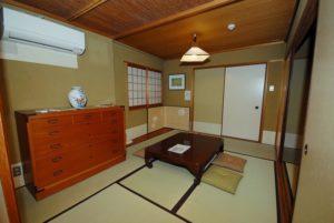 202号室~オーナーの家具がいい感じです。 お客様に喜んでいただけるでしょう。