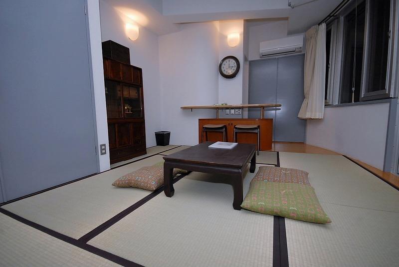 301号室~コンクリート打放しの壁と天井を 塗装したシンプルな部屋です。 和と洋が合体したレトロな部屋になっています。