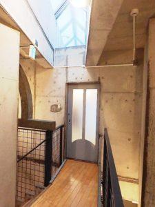 3階廊下~フローリングの廊下と複雑なフォルムのコンクリート 打放しの壁にトップライトからの光が(陰影を作って) 絶妙にマッチした仕上がりになっています。