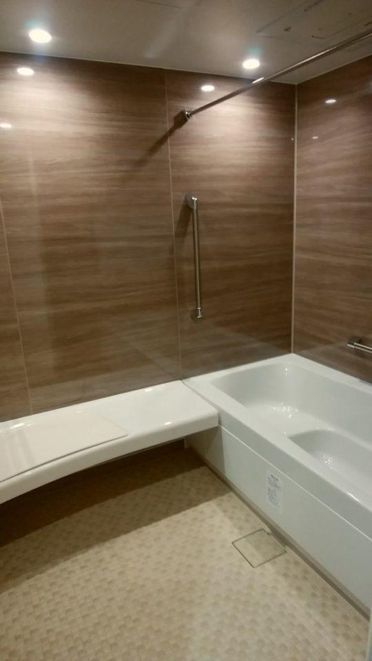 座ってシャワーを浴びることができ、そのまま浴槽に入れるLIXILスパージュ1620