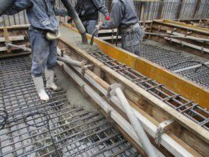 基礎コンクリート打設中