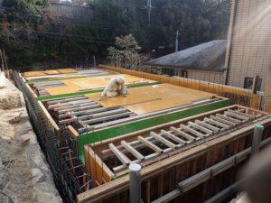 屋根スラブ型枠組立中