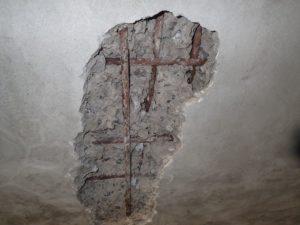 既存地下車庫:爆裂を起こし、漏水している天井スラブ