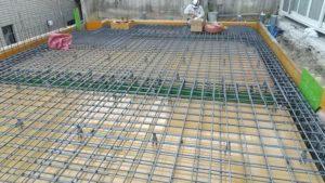 屋根の鉄筋組立後、電気配線用の配管取付