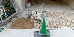 車庫前 乱型石貼