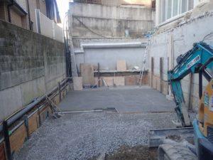 右側:既存車庫の壁を残し、土留め壁として捨てコンクリート打設