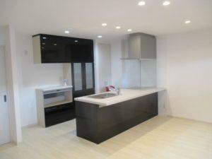 2階キッチン・ダイニングスペース:開放感のあるセンターキッチン(LIXILアレスタ)には家族が集まってきます