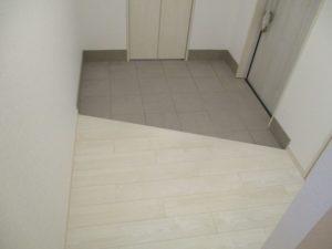 玄関と玄関ホール:白と淡いグレーのモノトーンでまとめることで狭さを感じさせません