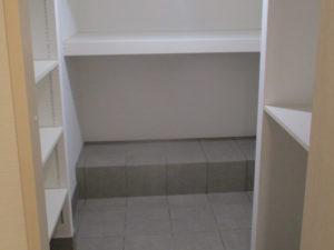 玄関に続く収納スペース:シューズだけでなく、スタッドレスタイヤを置くスペースも確保