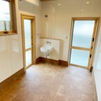 ワンちゃん部屋:外から直接出入りが可能。床は300角タイル、壁はキッチンパネルを使用することで掃除がしやすい清潔な空間となりました。