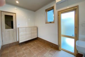 ワンちゃん部屋:廊下からワンちゃんの様子が分かるように建具はガラス入りを使用。掃除用のマルチシンク(LIXIL小型多目的流し)とドックフードやリネンをしまう扉付き収納を設置しました。