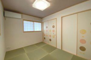 2F和室(客間):フチなし琉球畳とポップで斬新な襖(なごみ703)がポイント 照明器具ダイコーDCL-38833