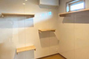 猫ちゃん部屋:キャットウォークを取り付けた壁は、爪とぎで傷まないようキッチンパネルを貼りました。