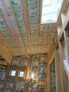 壁・天井に断熱材を敷き込んで省エネ効果UP