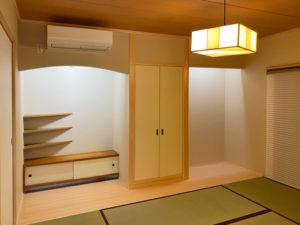 1階新設の和室 床の間の棚と地袋、照明器具は既存のものを移設しました。