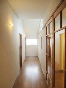 2階廊下 フィックス窓・ハイサイドライトから光が降り注ぎます
