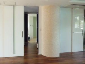 施工後 リビングから個室へ タイル貼のアール壁がアクセント壁