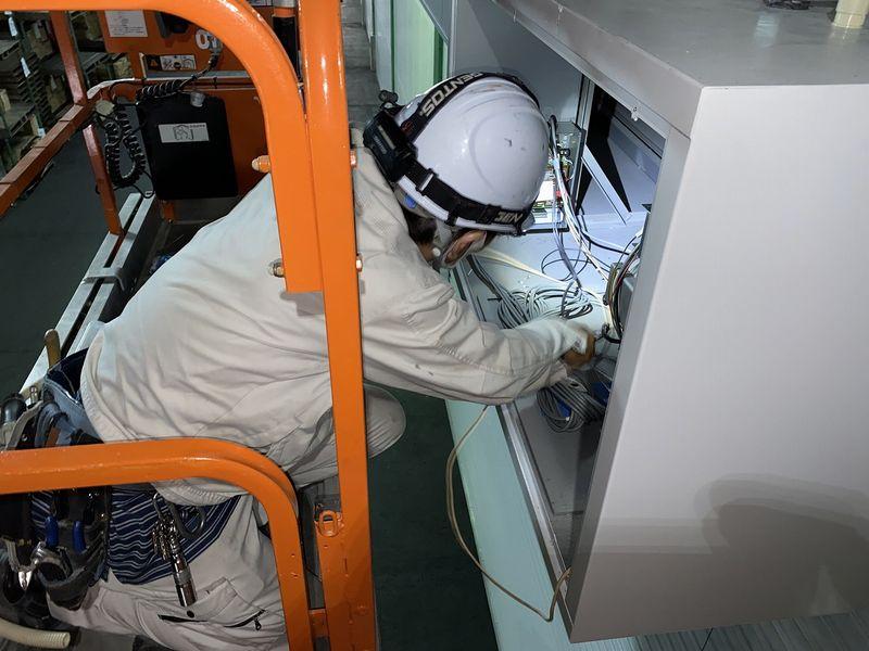 防火シャッターと防災設備連動配線接続中